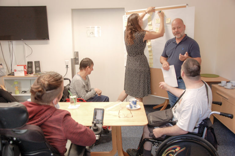 Fünf Teilnehmende am ava CoCreation Workshop reden miteinander
